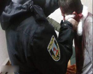 На Київщині поліцейські встигли доправити потерпілого з ножовим пораненням сонної артерії до лікарні.