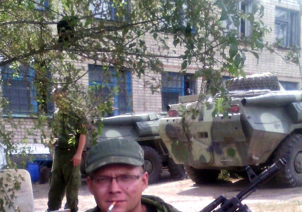 Боєць російсько-окупаційного контингенту на фоні 2-х БТР-80