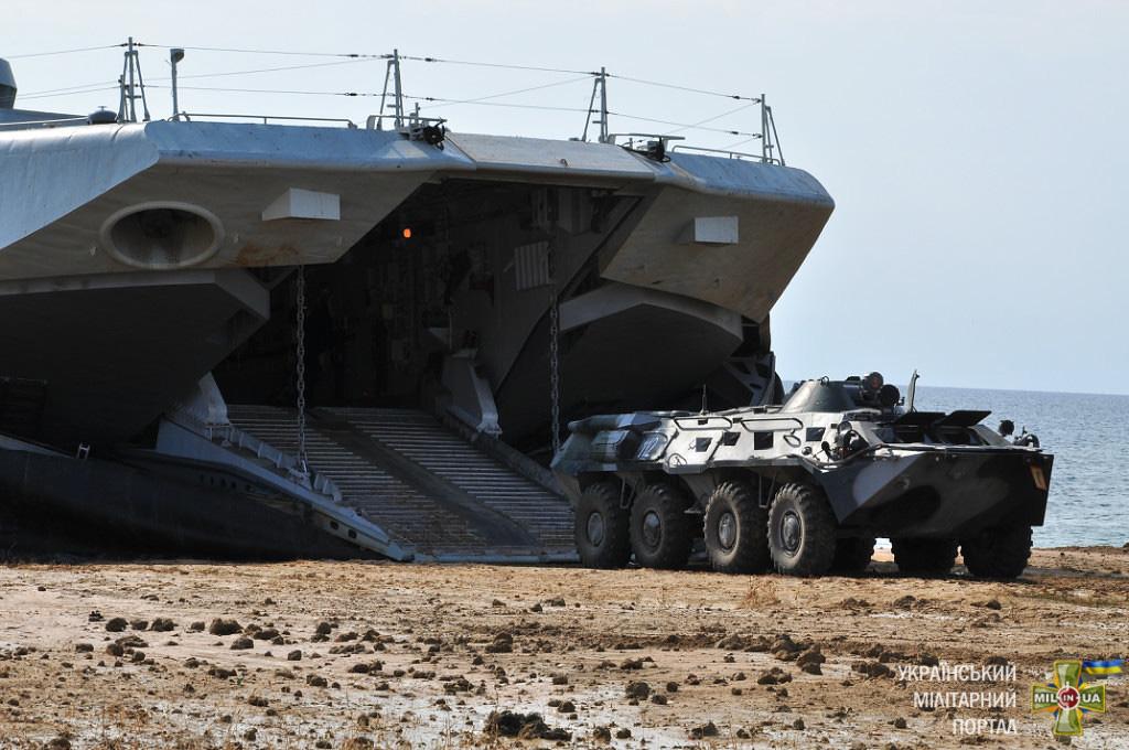 Відпрацювання висадки техніки на берег з МДК проєкту 958 шифр «Бізон»
