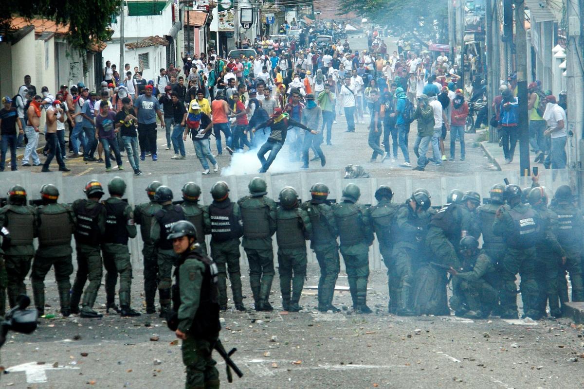 ЄС вводить ембарго на продаж зброї до Венесуели