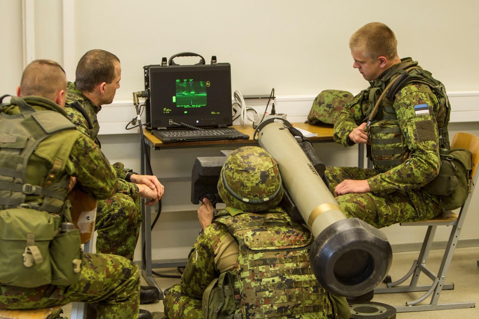 Естонські військовослужбовці під час навчань з керування ПТРК Javelin Фото: mil.ee