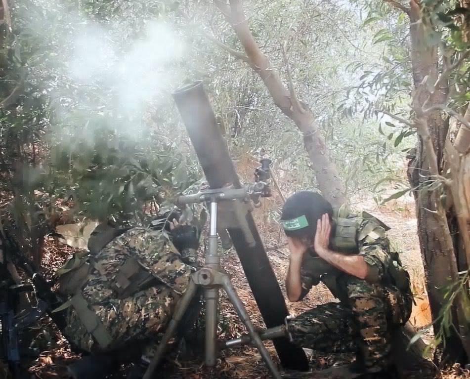 Бійці ХАМАСу ведуть вогонь з міномету