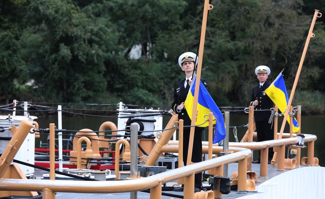 Підняття українських прапорів на катерах Island