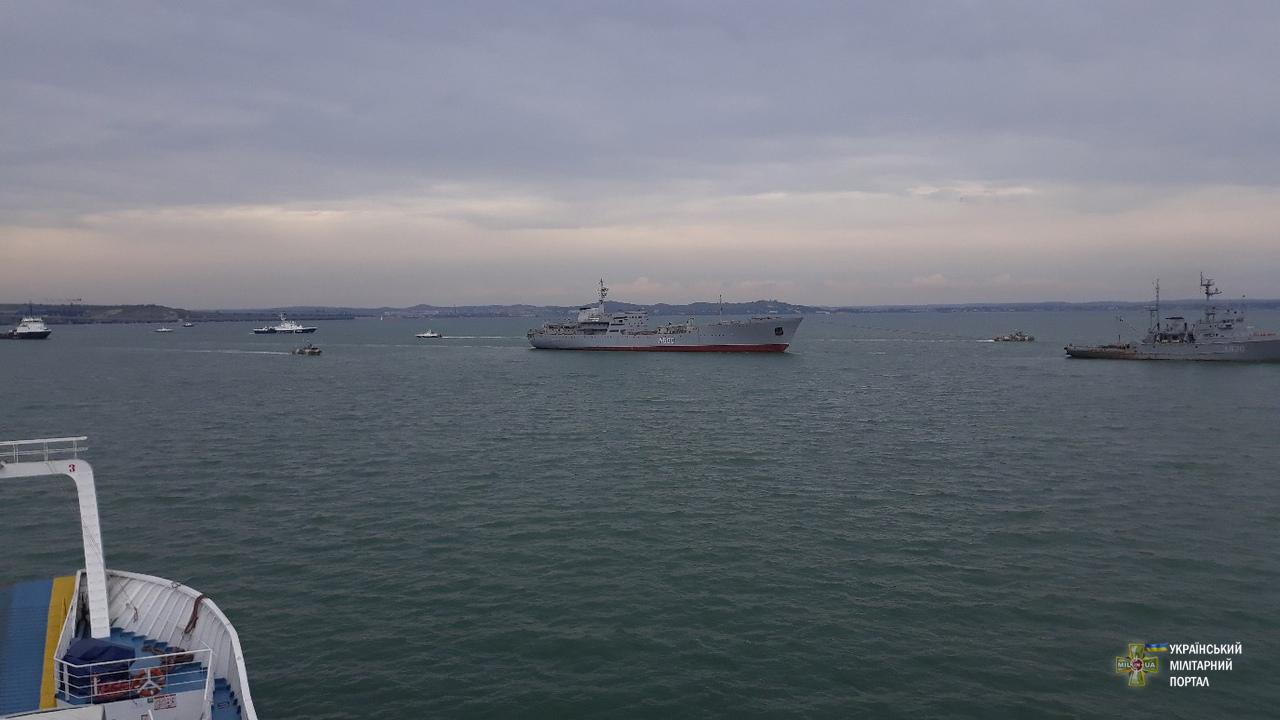 Пошуково-рятувальне судно A500 «Донбас» та морський буксир A830 «Корець» під час переходу Керченської протоки