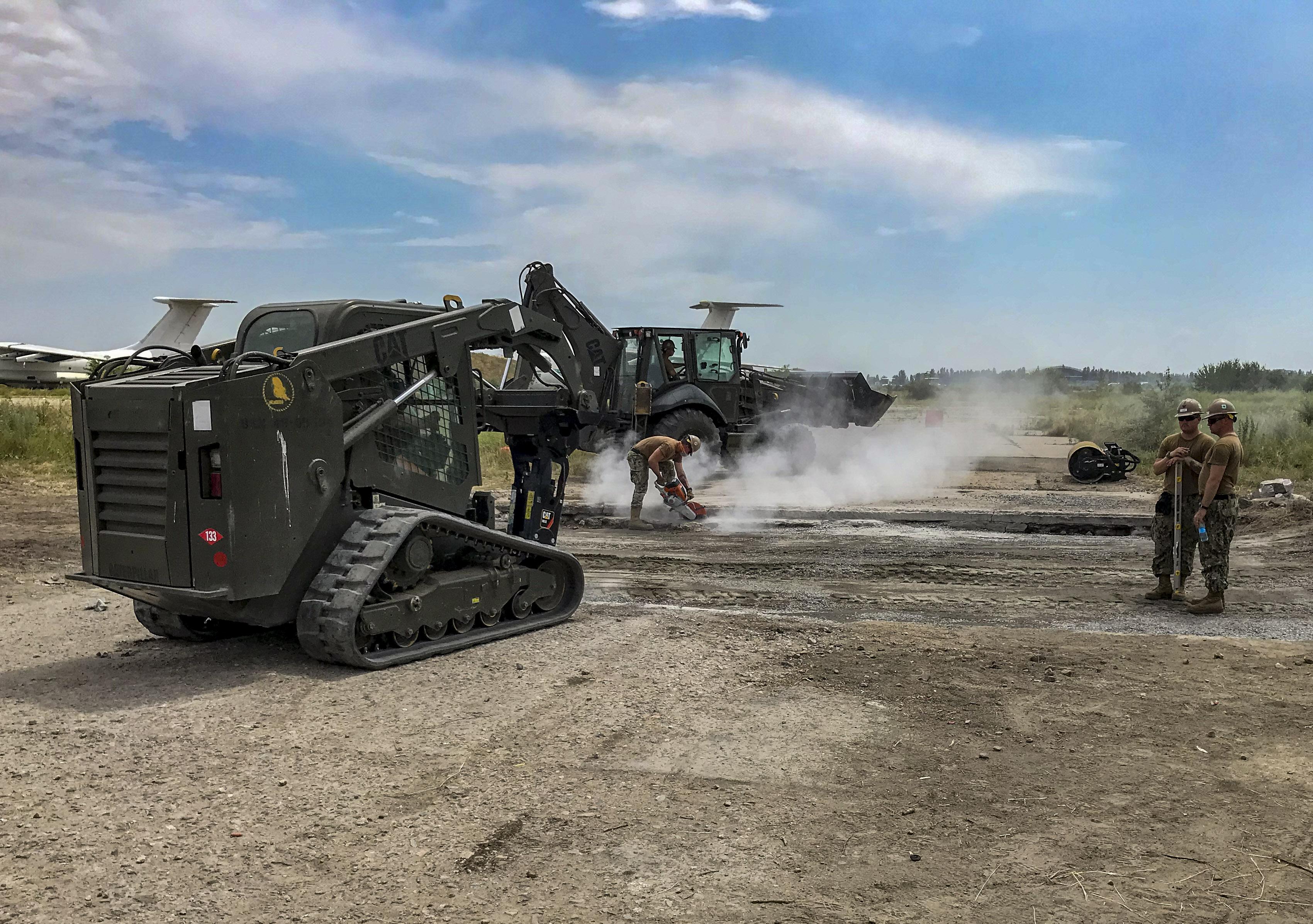 Завершення робіт з демонтажу зруйнованих плит злітно-посадкової смуги аеродрому в Миколаєві