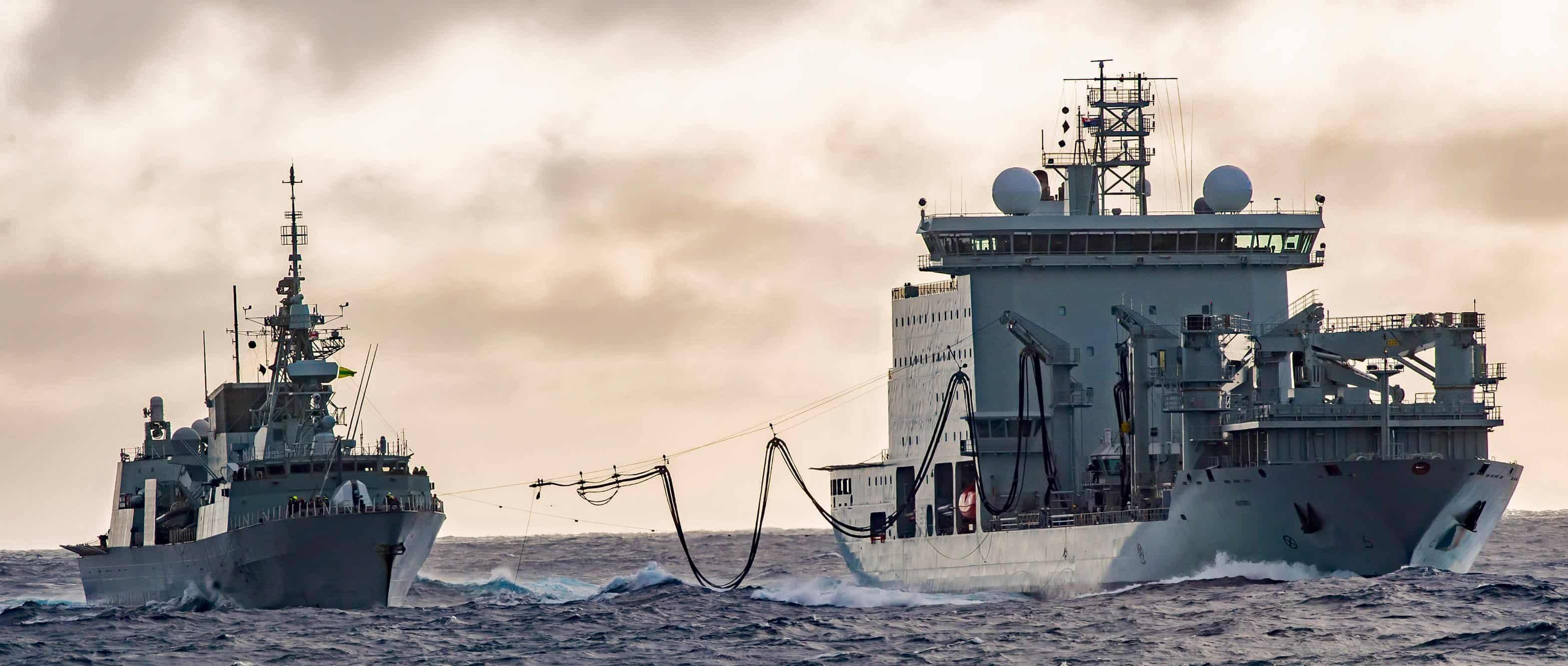 Фрегат HMCS Ottawa (FFH 341) з судном забезпечення MV Asterix