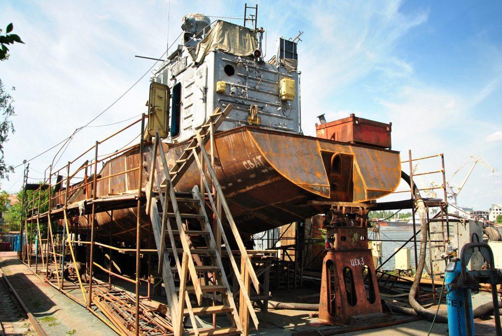 Процес ремонту десантного катеру Сватове
