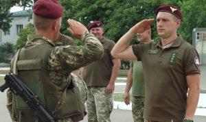 Строковики десантники з Миколаєва отримали берети кольору марун