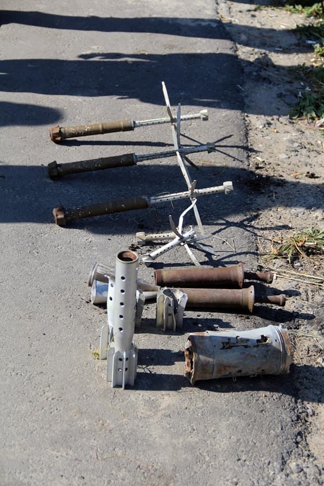 Виявлені при розмінуванні території довкола зруйнованого мосту рештки боєприпасів
