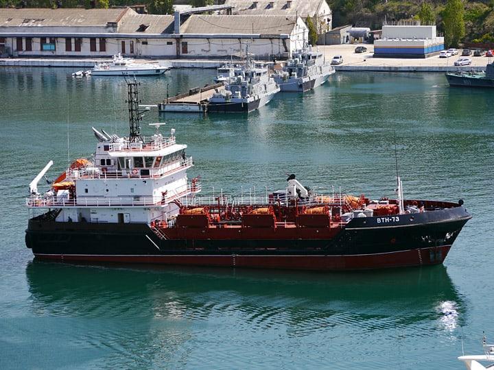 """Малий морській танкер """"ВТН-73"""" Чорноморського флоту на стенді. Фото А. Брічевській, 28 квітня 2015 року"""