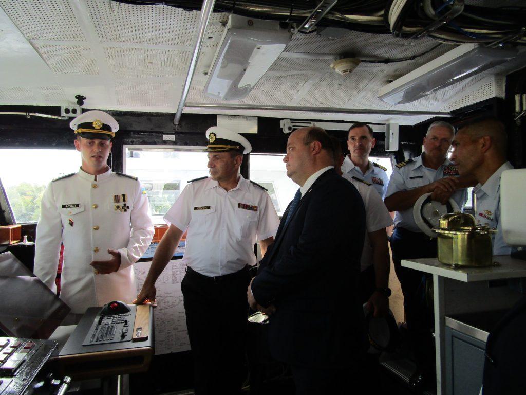Командир одного з патрульних катерів типу Айленд Аулін разом з послом та Командувачем ВМС ЗС України