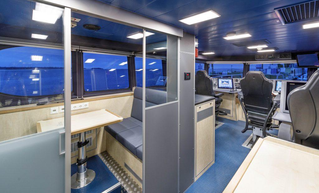 Внутрішнє приміщення ходової рубки катеру Patrol 24 WP