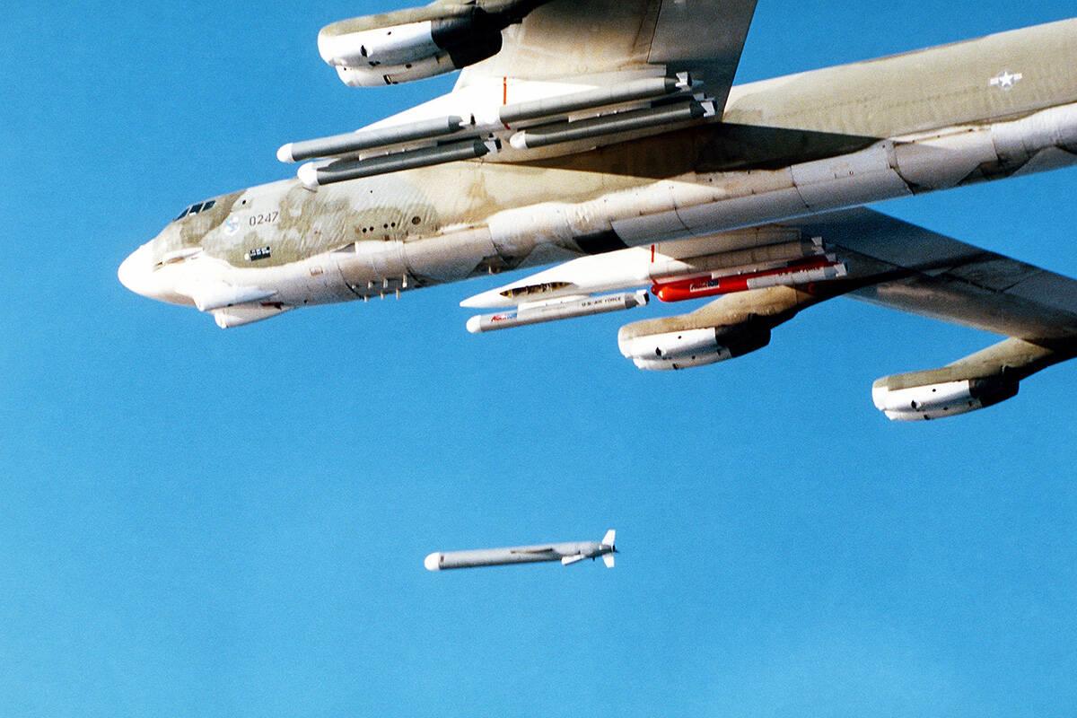 Запуск крилатої ракети Tomahawk повітряного базування з бомбардувальника B-52