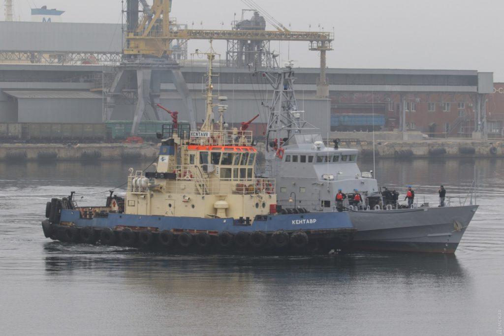 Буксир Кентавр проводить патрульний катер Старобільськ (P191) до Практичної гавані 1