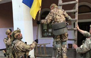 Розведення військ: жителі Золотого-4 просять військових залишитися