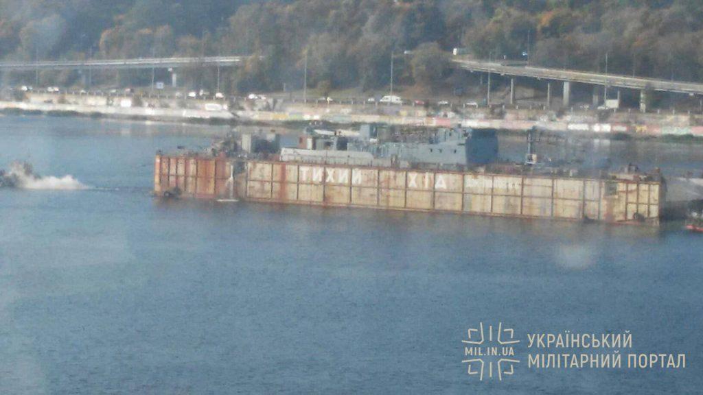Середній розвідувальний корабель в ході транспортування по Дніпру
