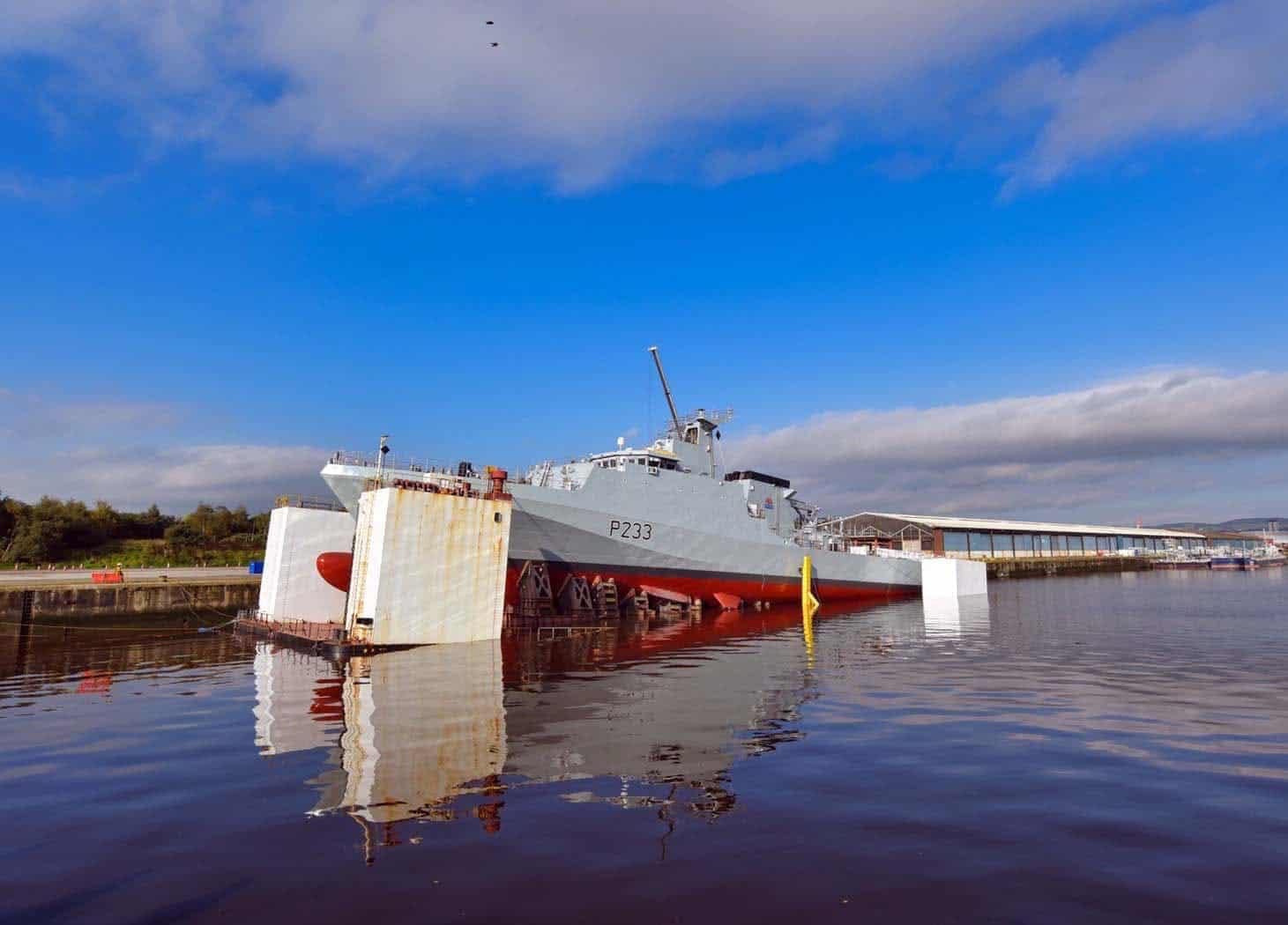 Спуск на воду з сухого доку патрульного корабля HMS «Tamar» (P233) типу River Batch 2