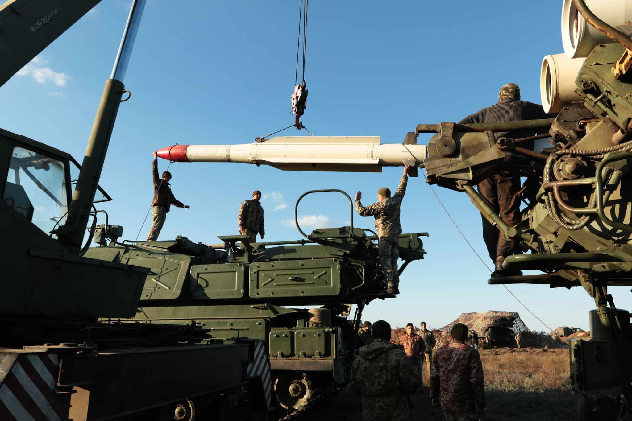 Зарядження зенітною керованою ракетою ЗРК Бук
