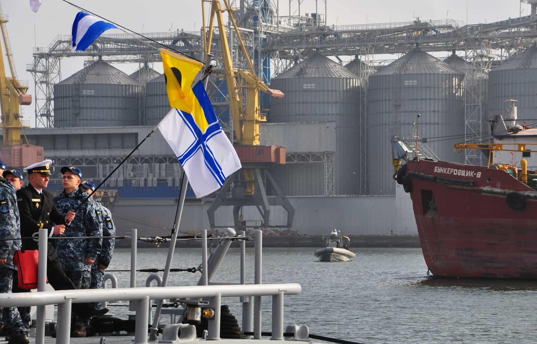 """Командир патрульного катеру """"Старобільськ"""" (P191) ст.лейтенант Павло Гладченко піднімає прапор на кормовому флагштоці"""