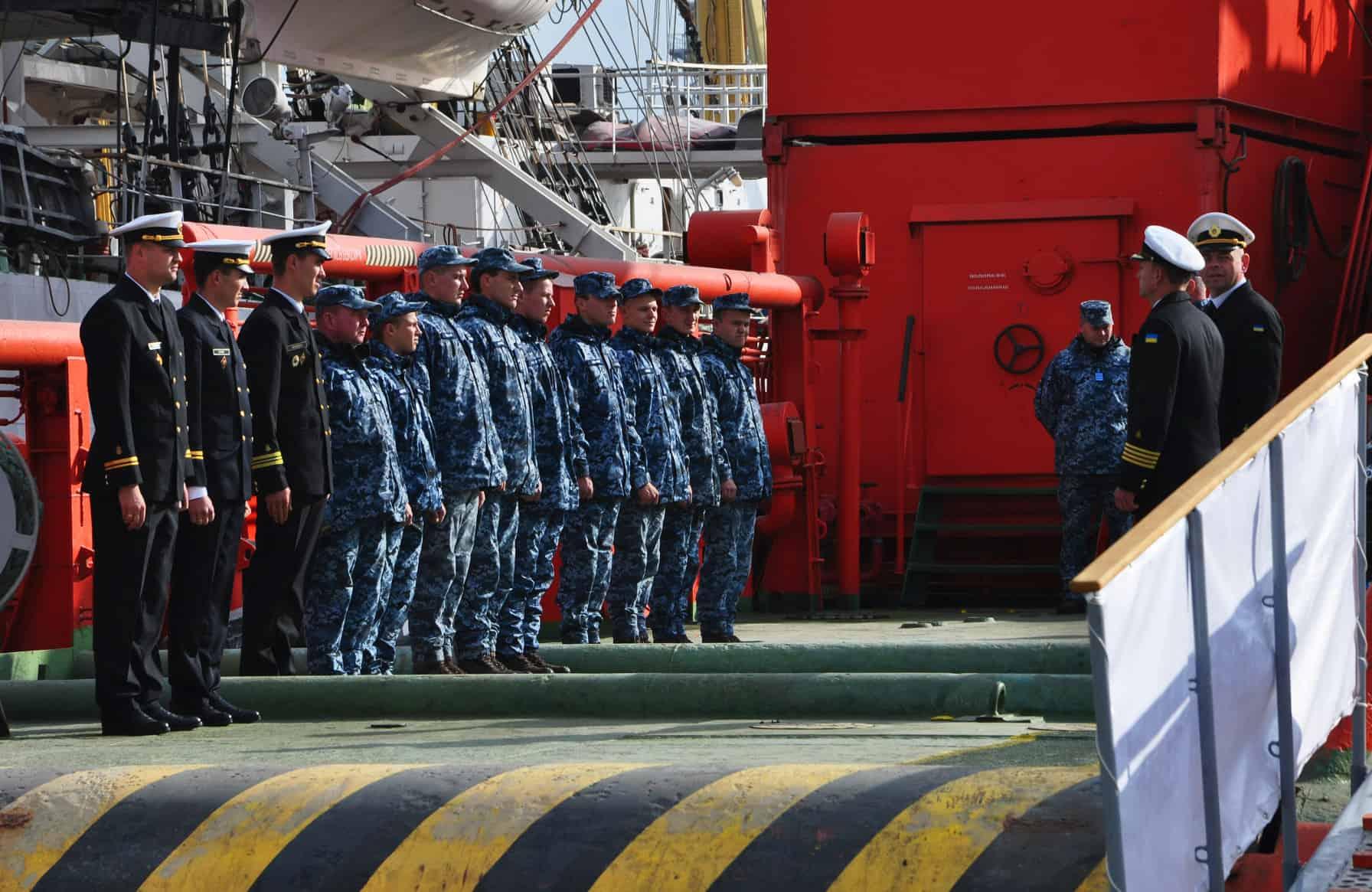 """Екіпаж пошуково-рятувального судна """"Олександр Охрименко"""" вишикуваний на юті"""