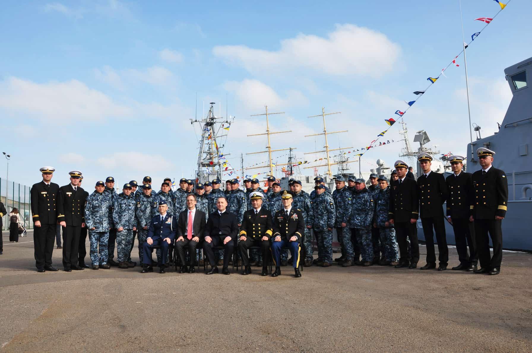 Фото екіпажів патрульних катерах «Слов'янськ та «Старобільськ» типу Island, а також пошуково-рятувальному судні «Олександр Охрименко» та почесних гостей на пам'ять