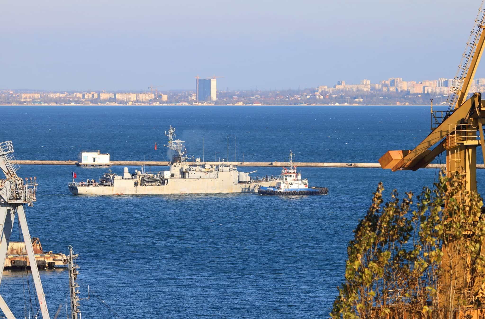 Буксир Сфінкс виводить Commandant Birot (F796) з акваторії Одеського морського порту
