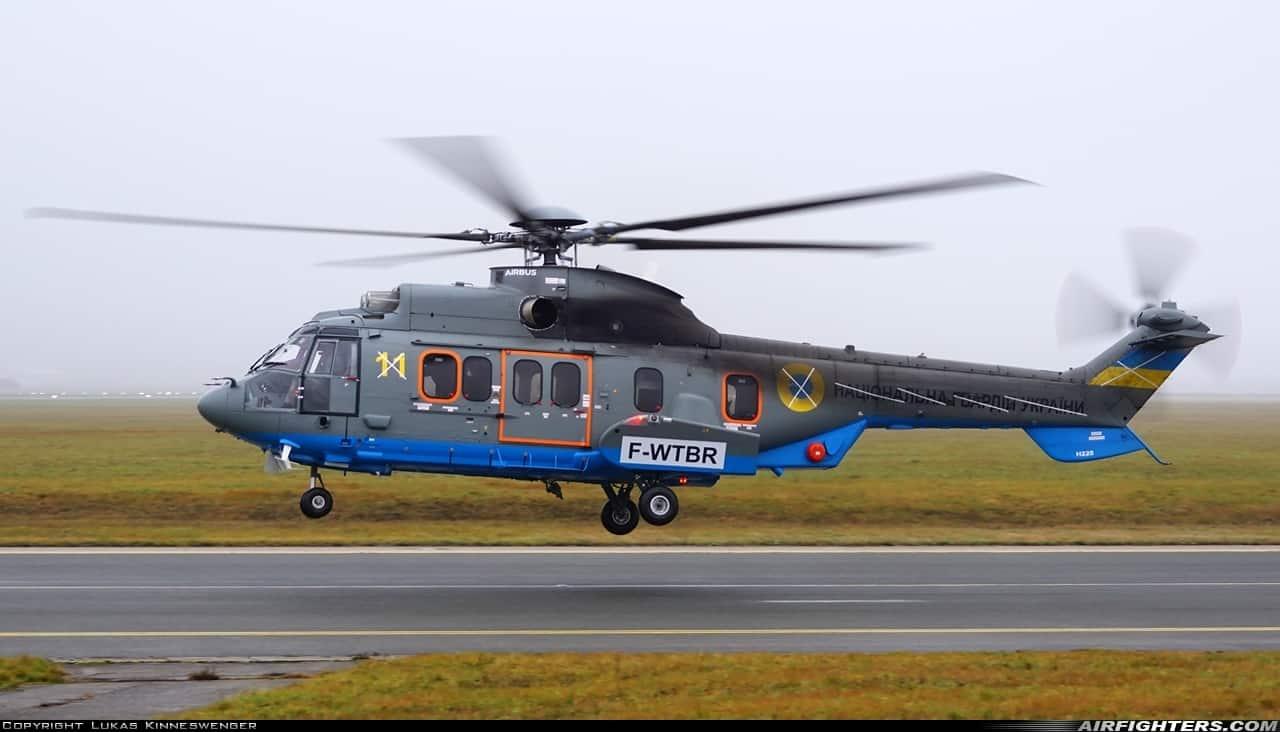 Гелікоптер Airbus H225 Національної Гвардії України з бортовим номером 11 під час приземлення в Австрії