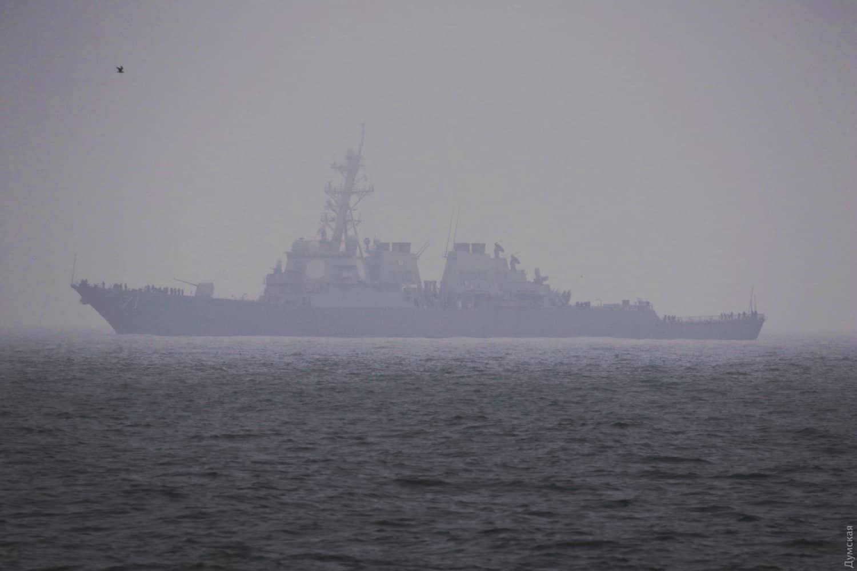 Ракетний есмінець USS Ross (DDG-71) 24 грудня 2019 року на рейді в порту Одеси