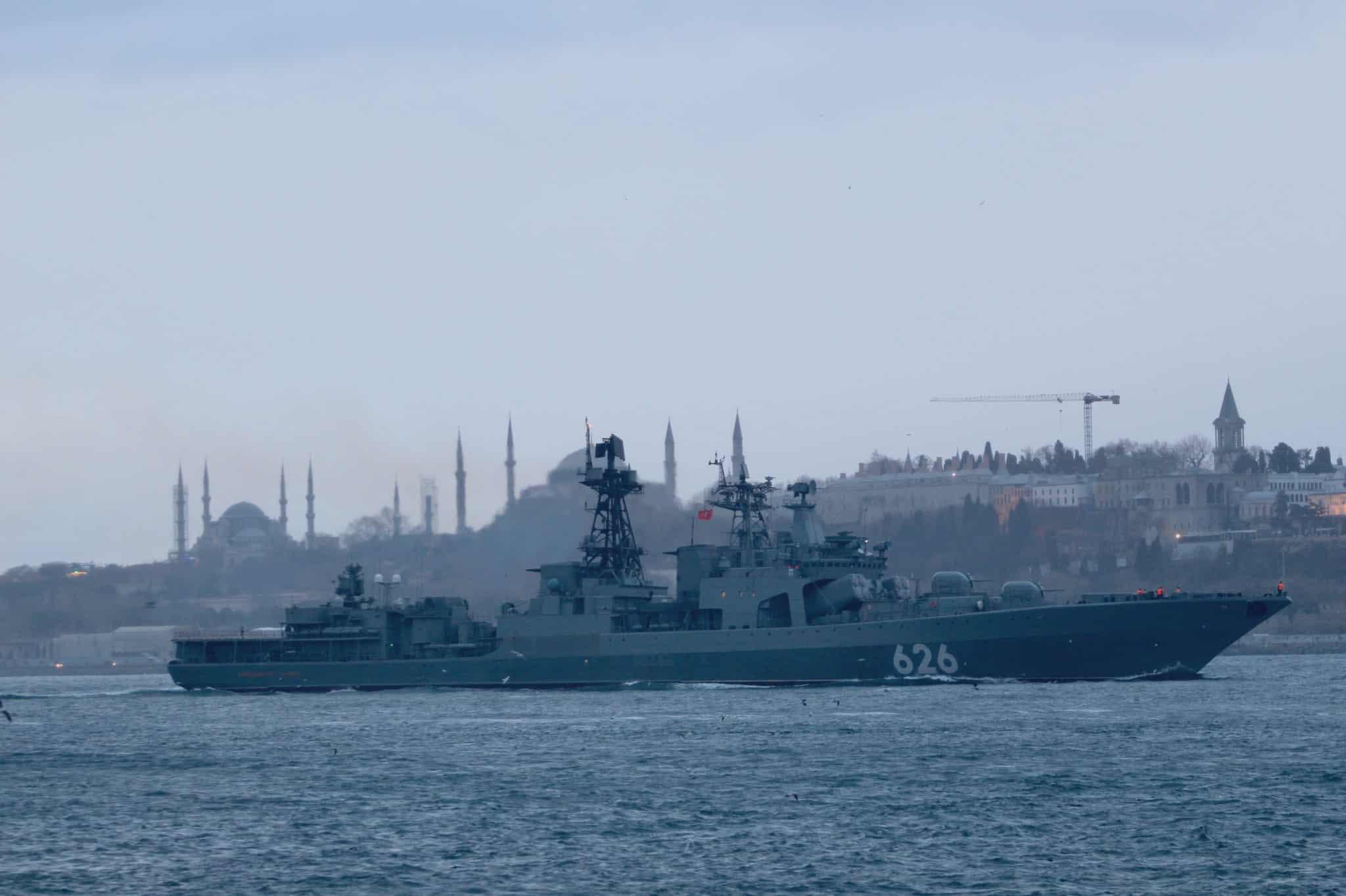 Великий протичовновий корабель «Вице-адмирал Кулаков» (626) під час переходу Босфору