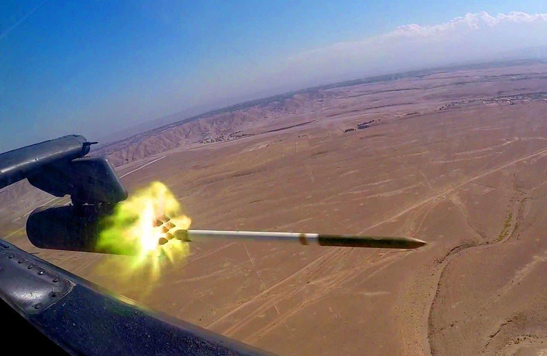 Запуск некерованої ракети Hydra 70 з ударного гелікоптера Apache AH-64