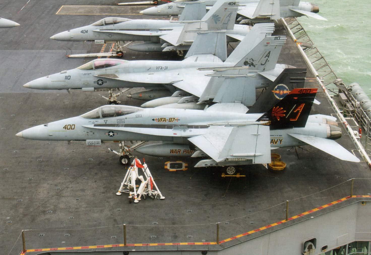 Багатоцільові літаки FA-18 на палубі авіаносця