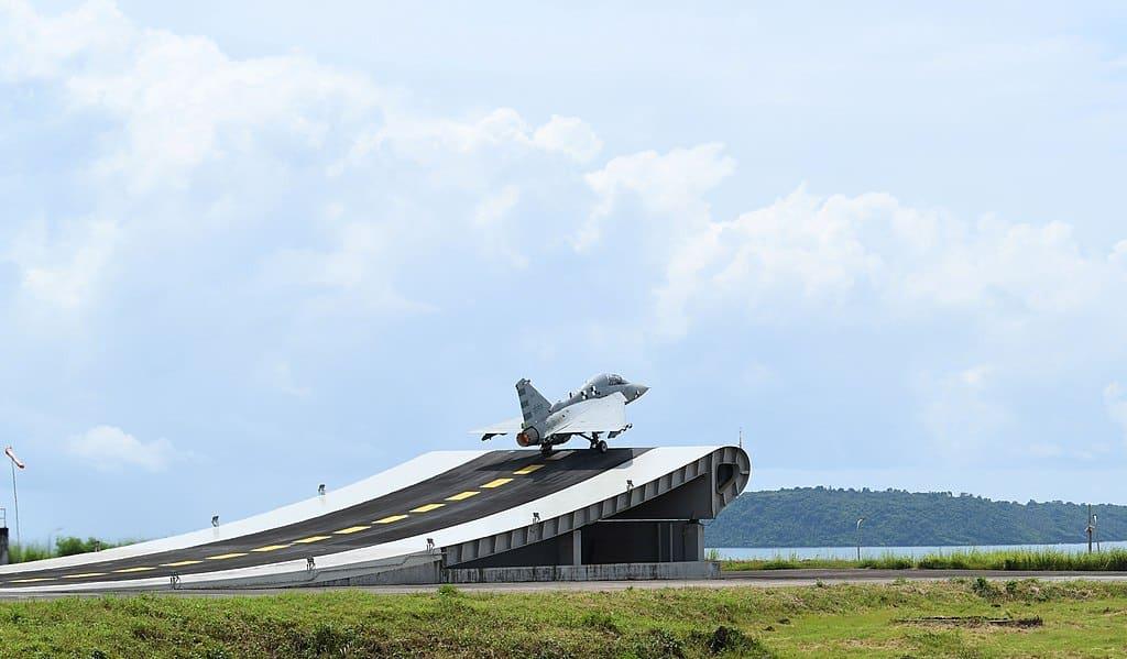 Багатоцільовий літак Tejas під час випробувань на наземному тренажері на авіабазі INS Hansa у вересні 2019 року