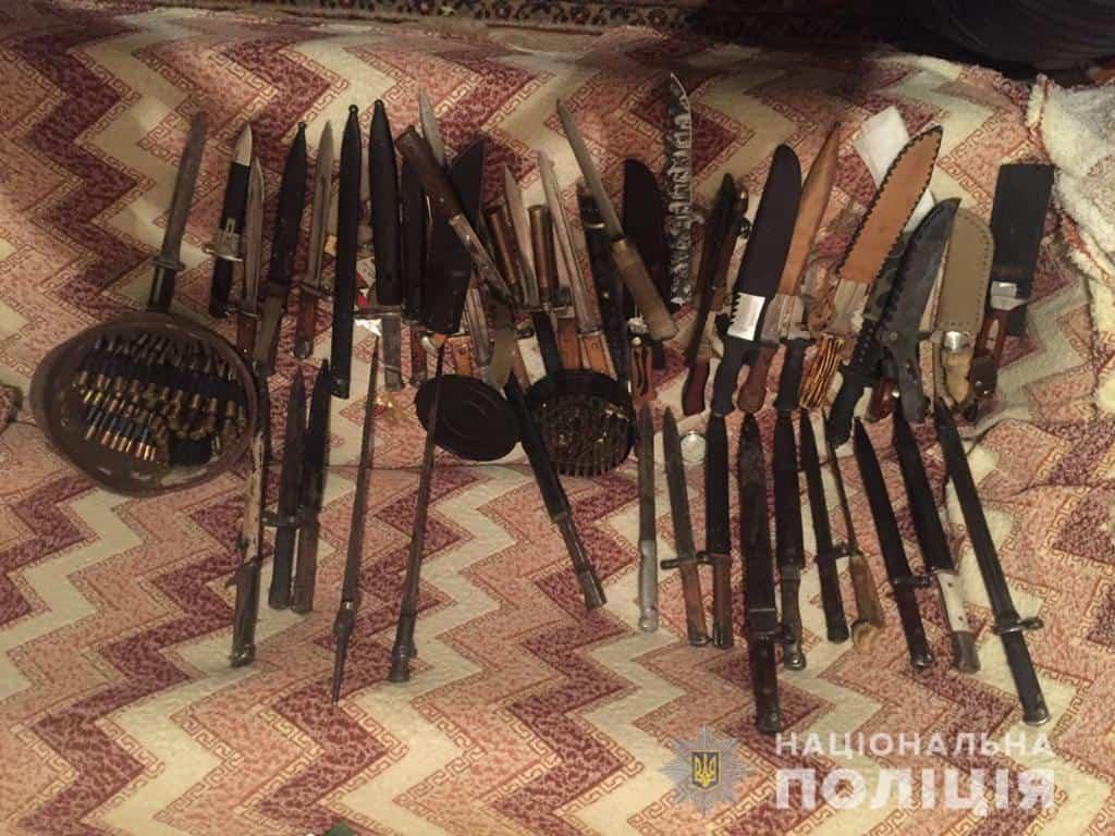 Вилучені в ході обшуку зразки різних видів зброї