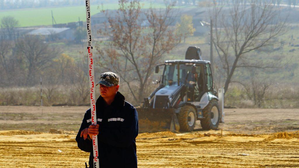 Підготовчі роботи з облаштування території перед зведенням модульного містечка