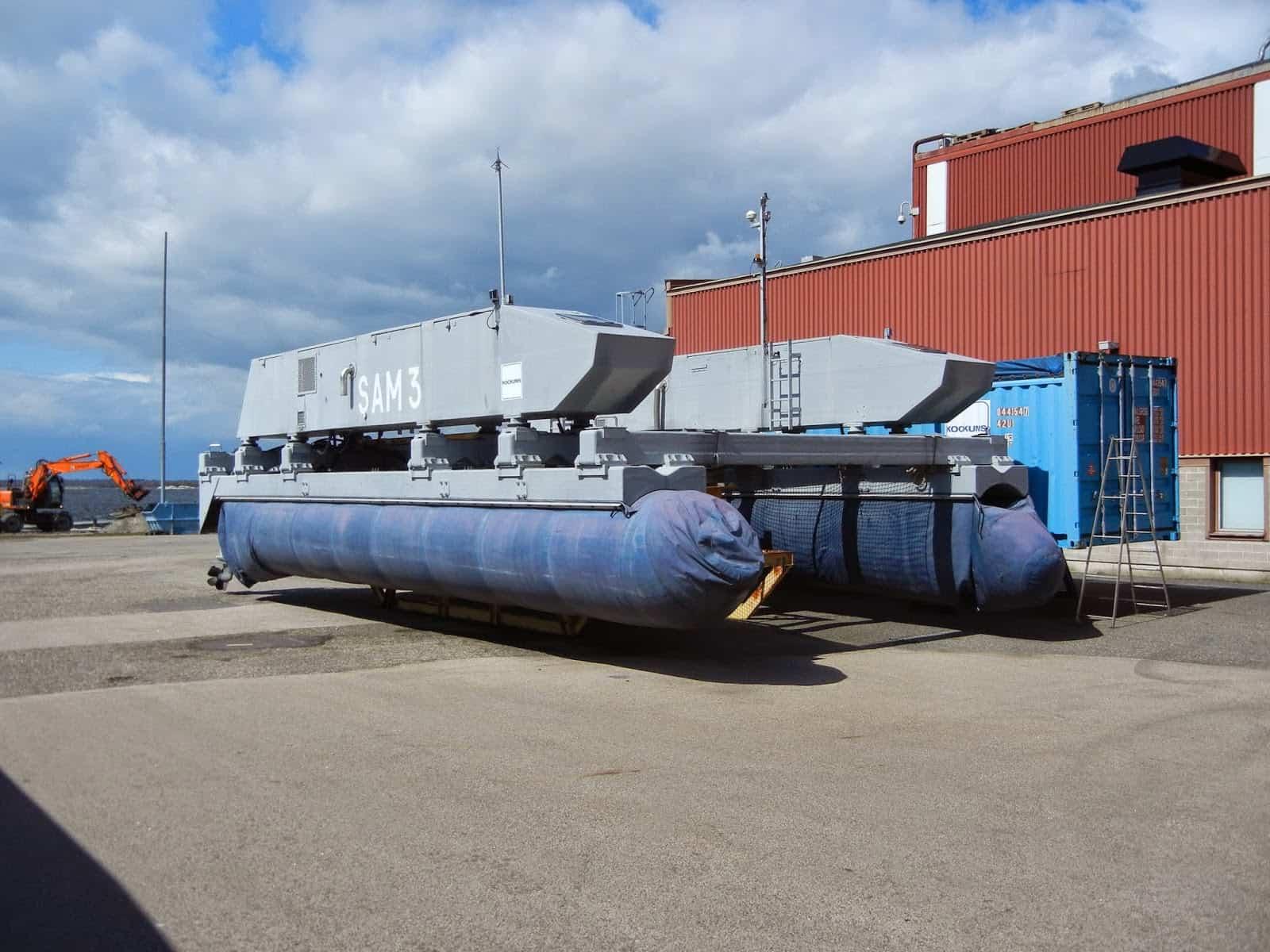 Шведський самохідний трал SAM-3 на березі, в зібраному вигляді (В розібраному вигляді займає один 20-футовий контейнер)