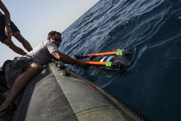 Seafox від Atlas Elektronik в момент запуска з моторного човна