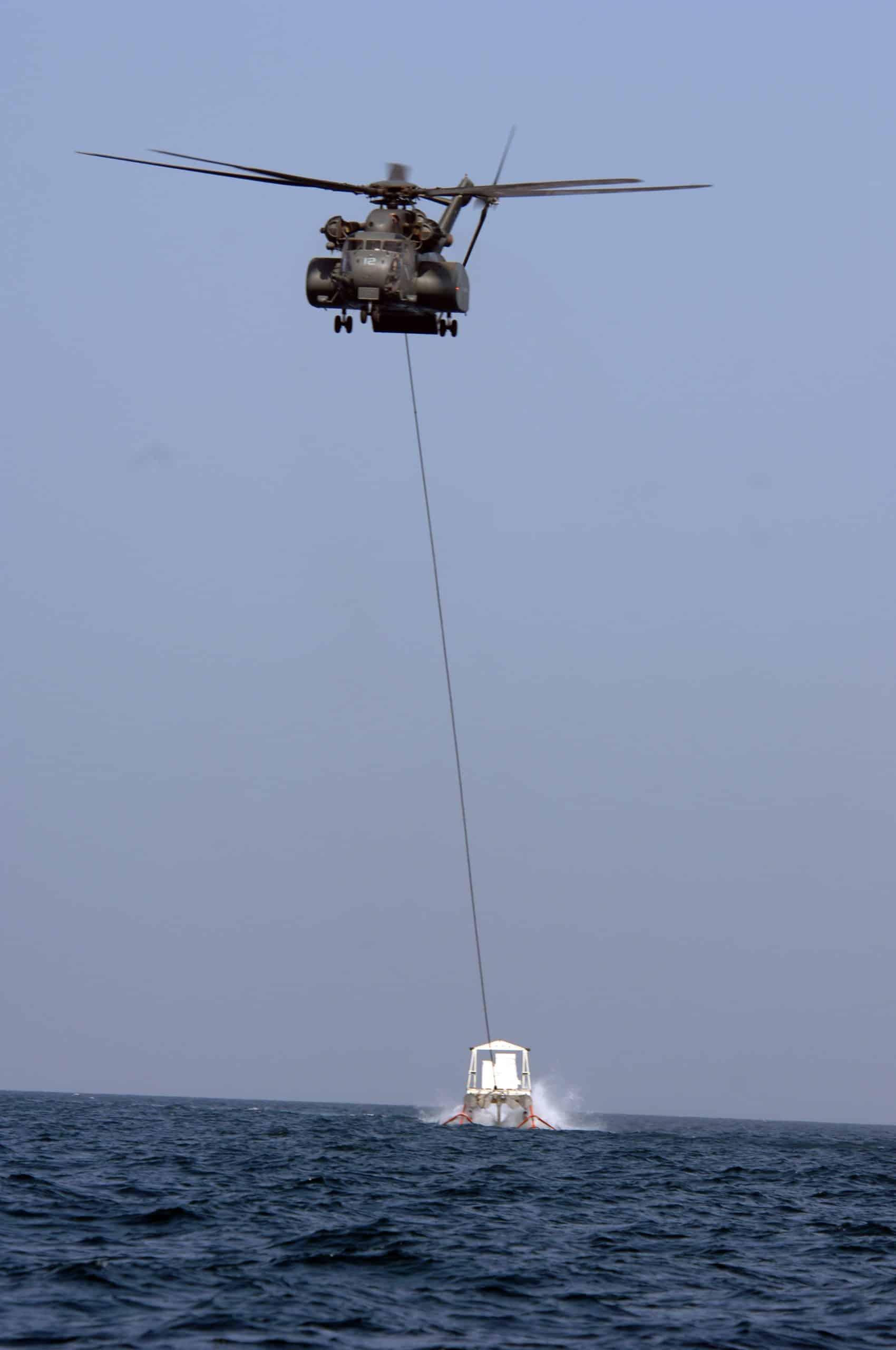 Вертолітний трал на підводних крилах Harris MK-105 в процесі роботи у відкритому морі