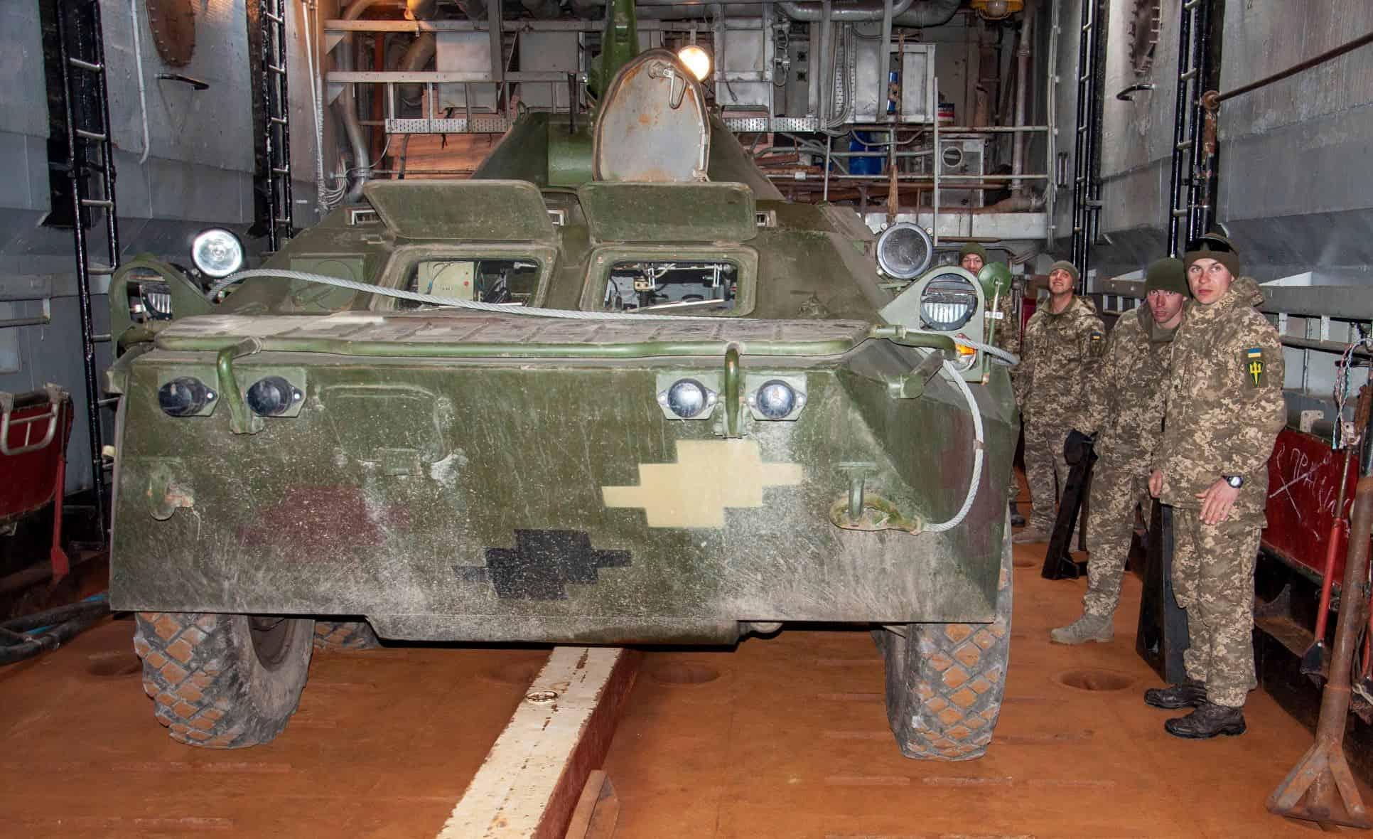 БТР-80 у десантному кораблю Юрій Олефіренко