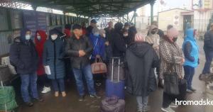 Біля закритих пунктів пропуску на Донбасі збираються люди