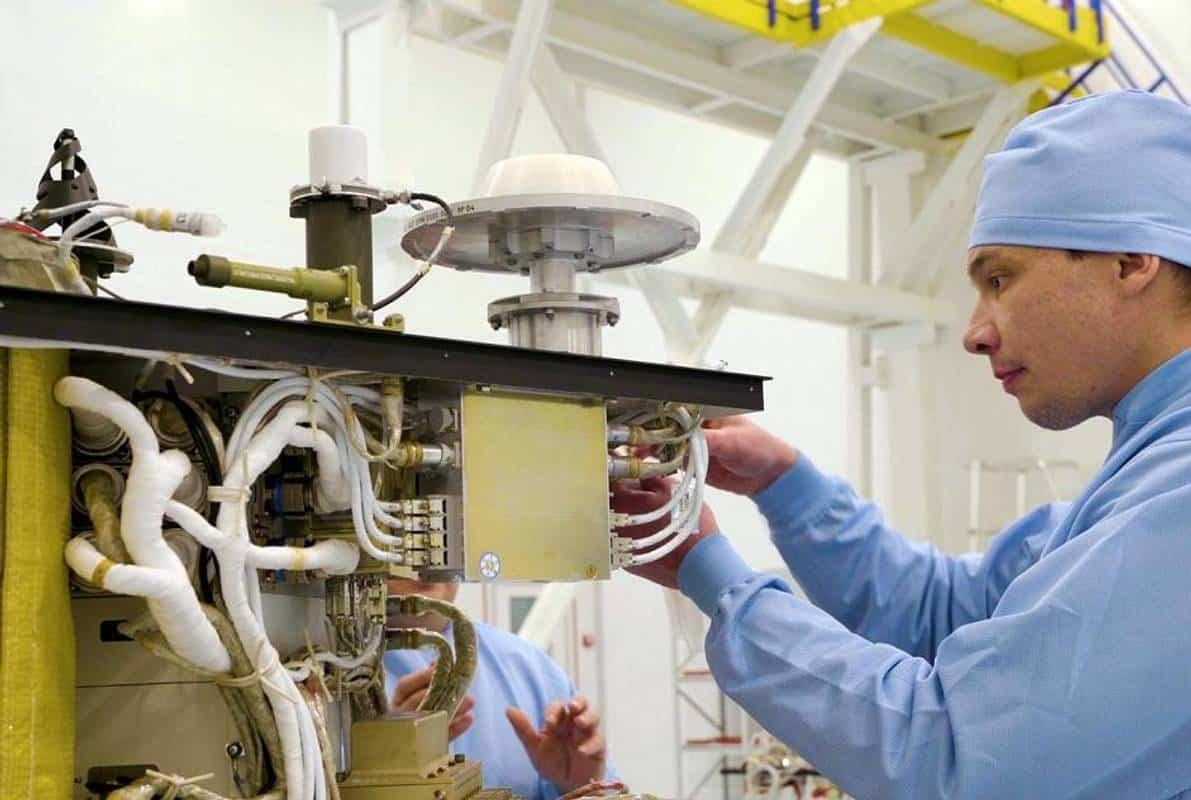 Процес збирання супутника Січ-2-1