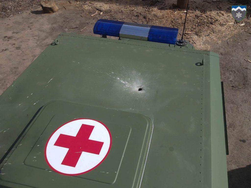 Результат обстрілу санітарного автомобілю поблизу населеного пункту Гнутове