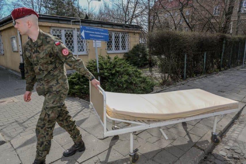 Солдати 6-ї повітряно-десантної бригади допомагають забезпечувати карантинні приміщення в університетській лікарні у Кракові