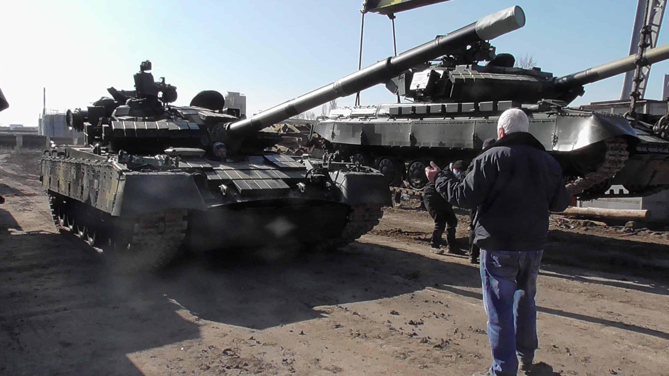 Відремонтовані та модернізовані танки Т-64БВ та Т-80БВ вантажаться на платформи