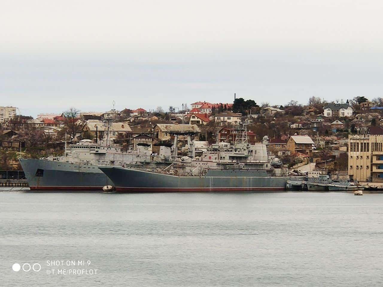 Захоплені Росією українські військові кораблі «Славутич» та «Костянтин Ольшанський»