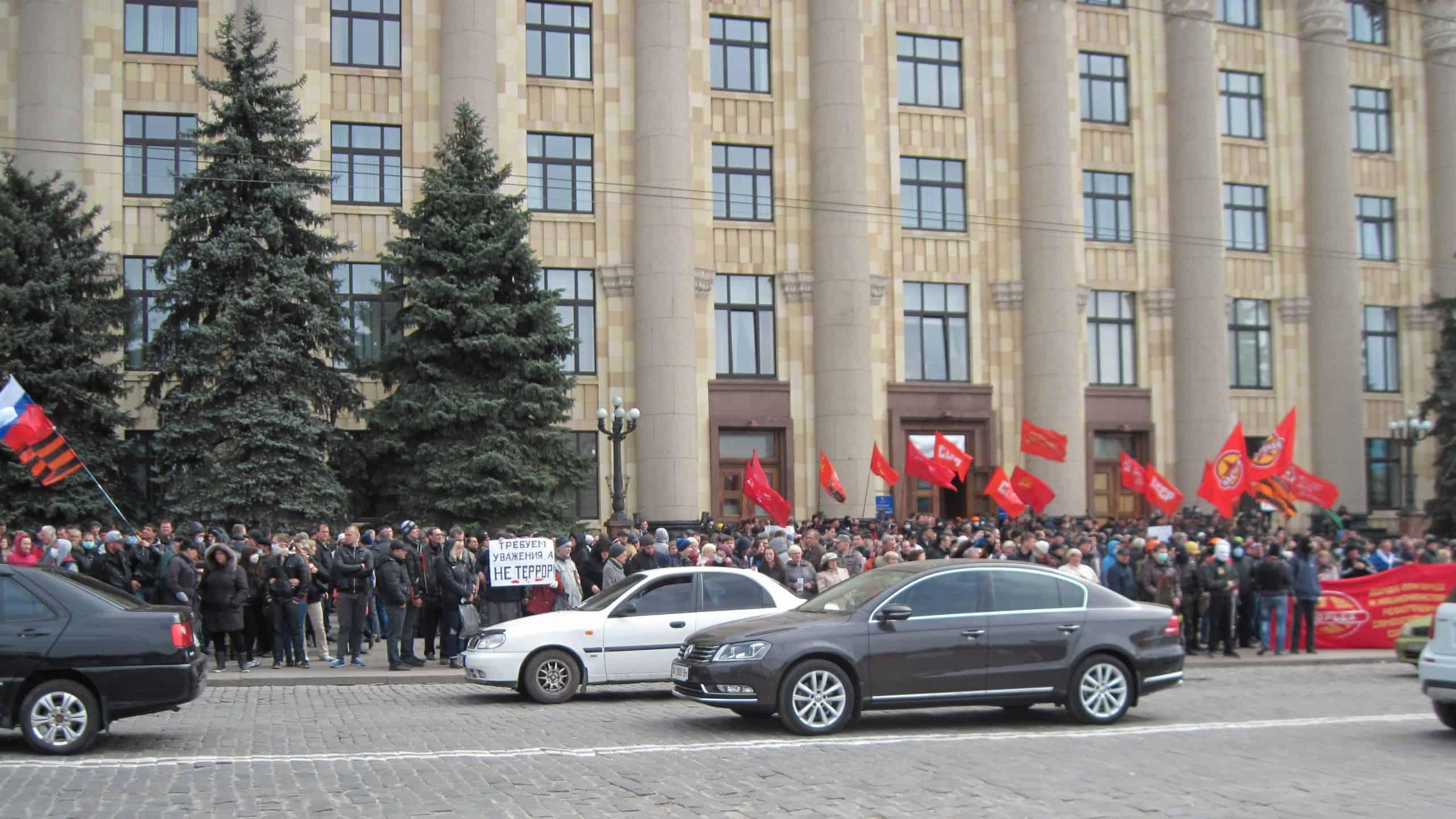 Захоплена російськими найманцями і проросійськи громадянами України Харківська ОДА. 7 квітня 2014