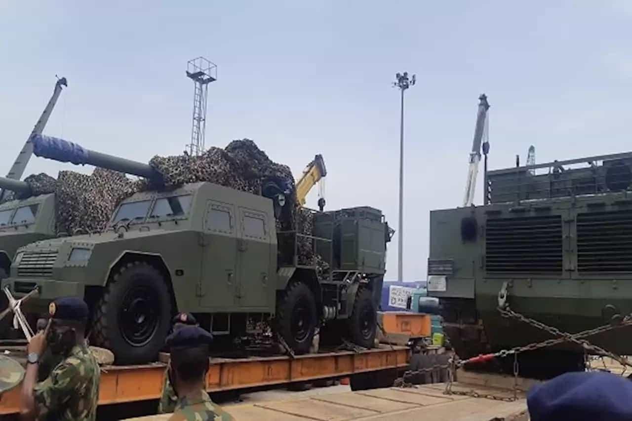 122-мм артилерійські установки SH2 на тралах у одному з нігерійських портів