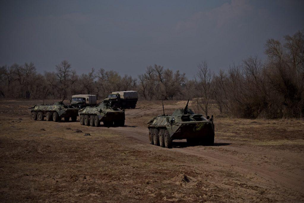 БТР-70 36-ї бригади разом з бійцями під час навчань. Фото: Міноборони