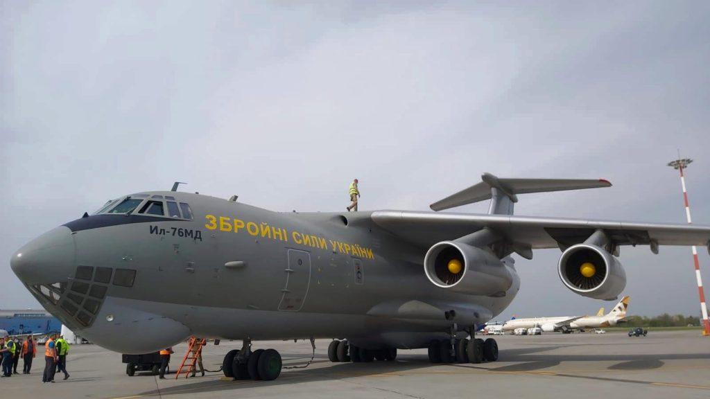 Літак Іл-76 в аеропорту Бухареста. Фото: Командування Повітряних Сил ЗСУ 13.04.2020