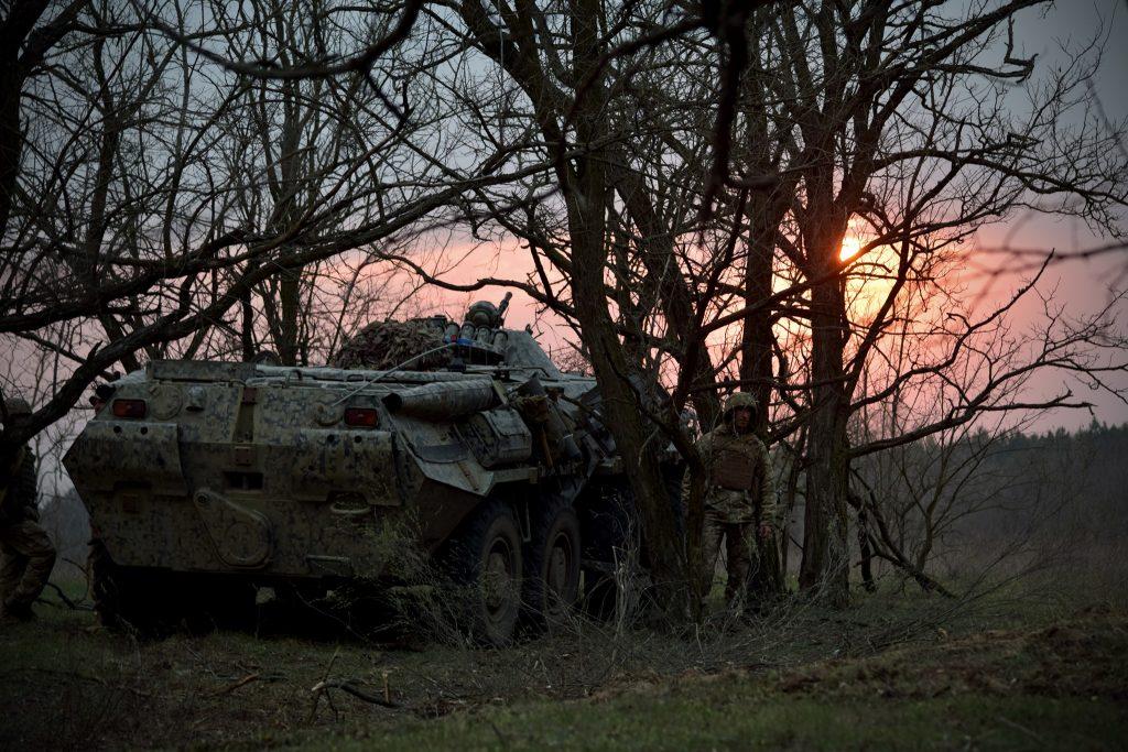 БТР-80 36-ї бригади разом з бійцями під час навчань. Фото: Міноборони