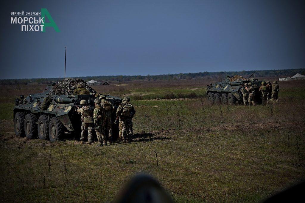 БТР-80 та військові на навчаннях 36 ОБрМП. Фото: 36 ОБрМП
